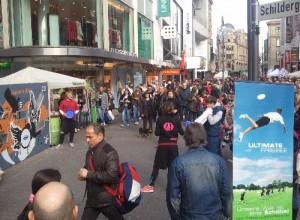 Die Frisbee-Wurfwand am 01.04.2012 auf der Schildergasse Köln