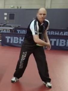TT-Trainer-wirft-Frisbee