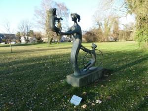 Geborgene-Kindheit-Statue